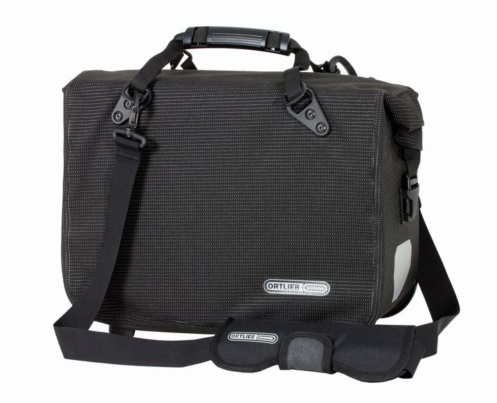 Funkelt im Dunkeln: Der schwarze Stoff dieser Radtasche von Ortlieb ist mit Spezialgarn durchwoben, das Scheinwerferlicht reflektiert. Das Office-Bag ist Teil der neuen Modellserie High Visibility.