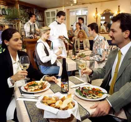 Schwierige Entscheidung: In guten Restaurants weiß auch der Kellner, welcher Wein zum Essen passt