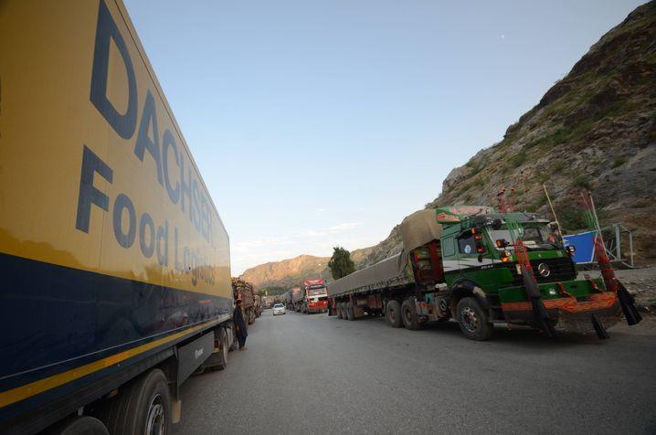 Blockiert: Lkw-Stau am pakistanisch-afghanischen Grenzübergang Torkham am Sonntag, wegen der Machtübernahme der Taliban vorübergehend von Pakistan geschlossen - einer der wichtigsten Orte für Zolleinnahmen