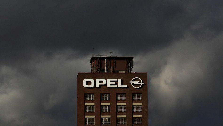 Dunkle Wolken über dem Opelwerk in Rüsselsheim: Womöglich drohen nach Kurzarbeit auch noch Stellenstreichungen
