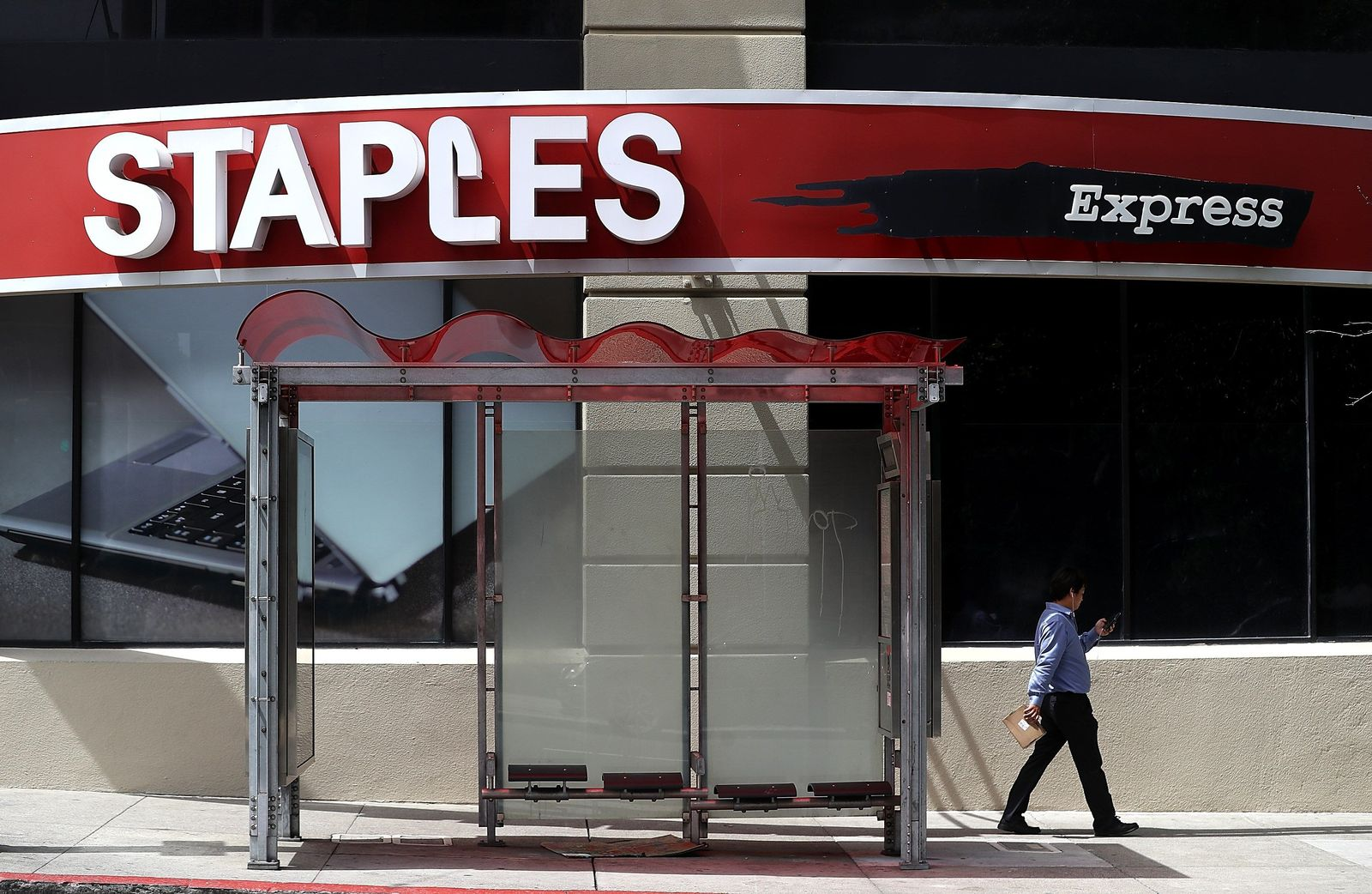 US-STAPLES-AGREES-TO-$6.5-BILLION-BUYOUT