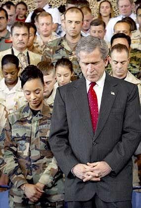 Bush unter seinen Soldaten: Militärausgaben sprengen das Budget