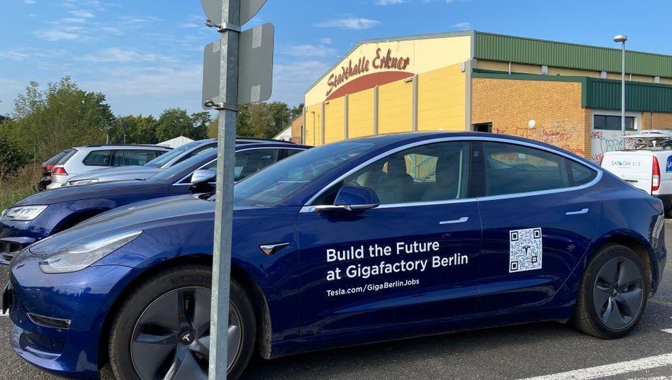 Tesla-Fahrzeug vor der Stadthalle Erkner, dem Ort der Anhörung