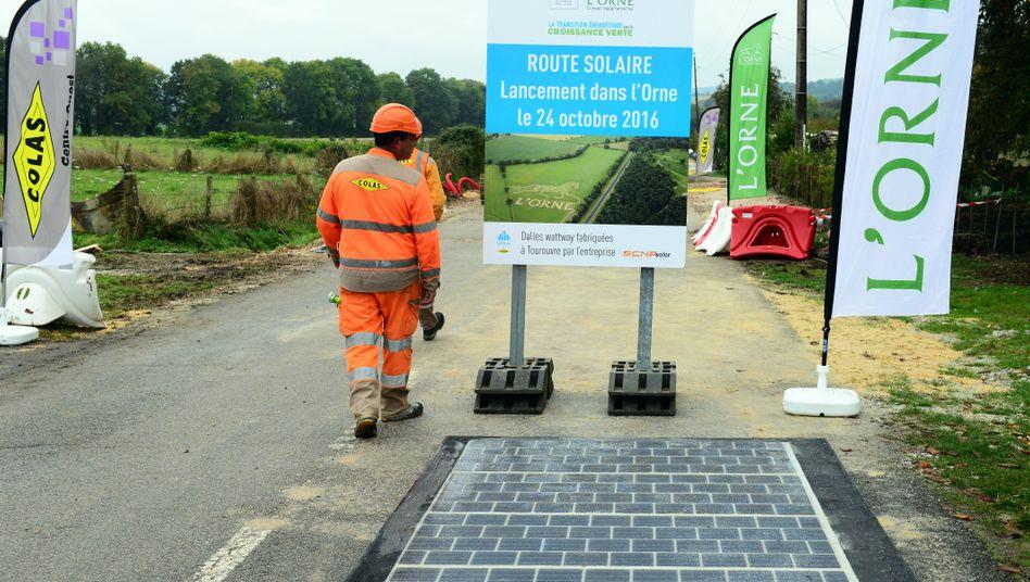Baubeginn im Oktober: Die Solarmodule werden einfach auf die Fahrbahn geklebt
