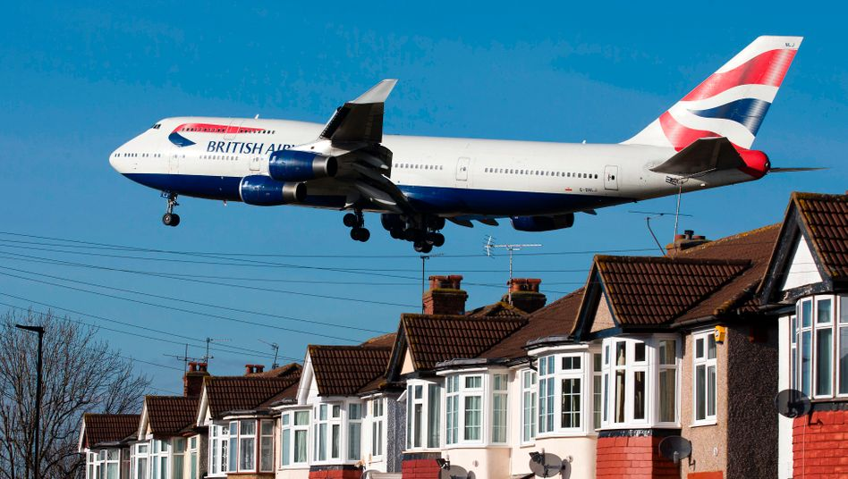 Jumbo Jet von British Airways beim Anflug auf London-Heathrow