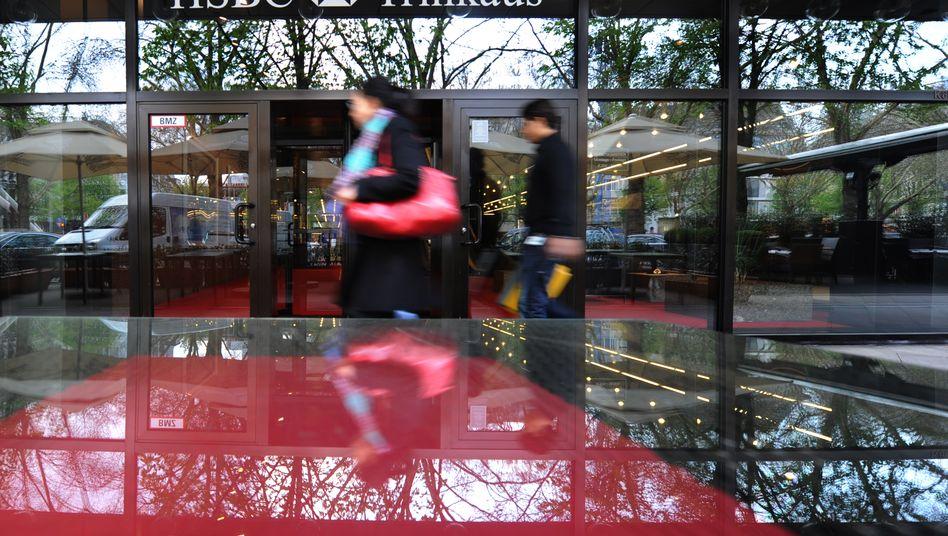 Vor allem für HSBC TrinkausUBS und UBS und könnte die Übernahme von Osram durch die österreichische AMS ein teures Nachspiel haben. Für die Banken stehen eingedenk der Brückenkredite nun Milliarden im Feuer.