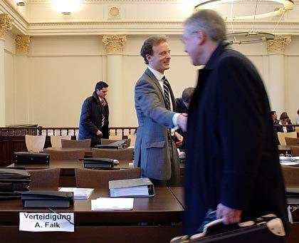 Handschlag mit dem Verteidiger: Alexander Falk begrüßt Anwalt Gerhard Strate