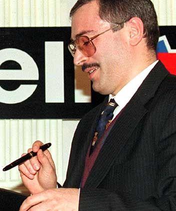 Im Clinch mit den Behörden: Yukos-Chef Michail Chodorkowski, hier bei der Unterzeichnung eines Kooperationsvertrags mit der französischen Elf Aquitaine