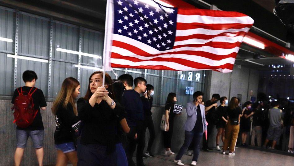 Frau in Hongkong mit US-Flagge: Die Hongkonger sind dankbar für die Unterstützung aus den USA - die Regierung in Peking nicht