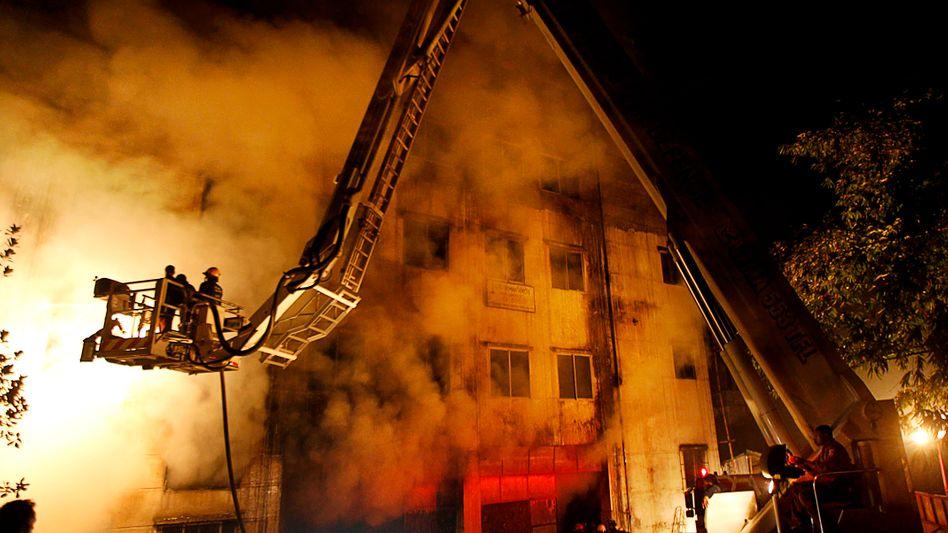 Katastrophe in Dhaka: Die Feuerwehr brauchte vier Stunden, um den Brand zu kontrollieren