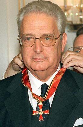 Hält durch seine Hofkammer etwa 5 Prozent der Hartmann-Aktien: Carl Herzog von Württemberg, hier bei der Verleihung des Bundesverdienstkreuzes