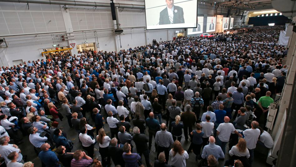 So weit das Auge reicht - Mitarbeiter bei einer VW-Betriebsversammlung