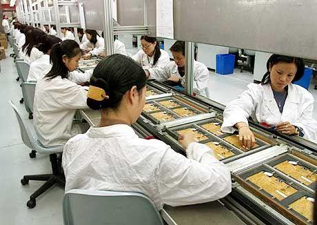 Personalreduzierung am Standort Deutschland: Chinesische Siemens-Arbeiterinnen bei der Handy-Produktion in Shanghai