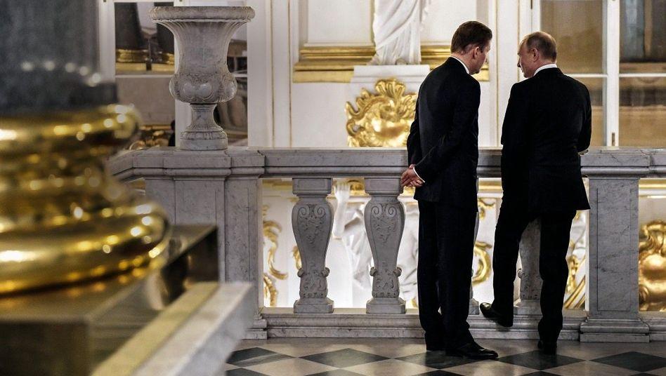 Lauschangriff:Gazprom-ChefAlexej Millermuss gut zuhören, wenn Kreml-HerrscherWladimir Putin(r.) ihm die Energiewelt erklärt.