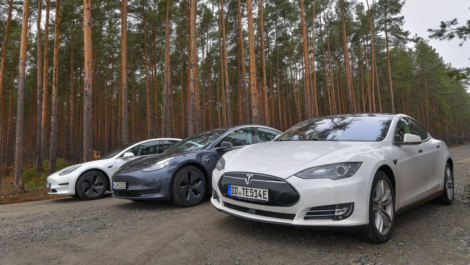 Fahrzeuge von Tesla nahe des künftigen Fabrikgeländes in Grünheide