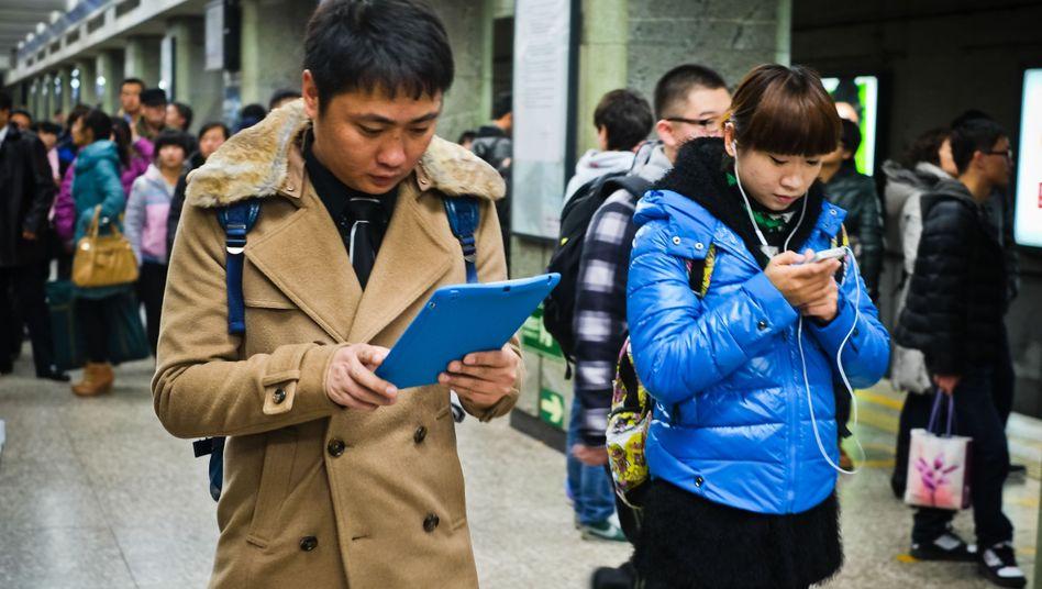 Mit Tablet und Smartphone immer im Netz: Vor allem in Asien soll die Zahl der Mobilfunkverbindungen des schnellen Standards LTE rasant wachsen