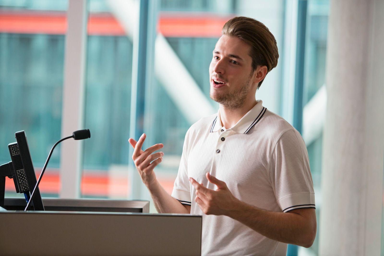 NICHT MEHR VERWENDEN! - Young man giving lecture
