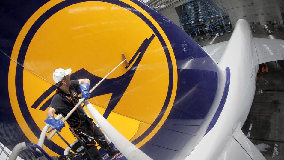 Wäsche des Lufthansa-Logos: Die Kommunikation des Sparprogramms läuft nach Ansicht der Flugbegleitergewerkschaft alles andere als sauber