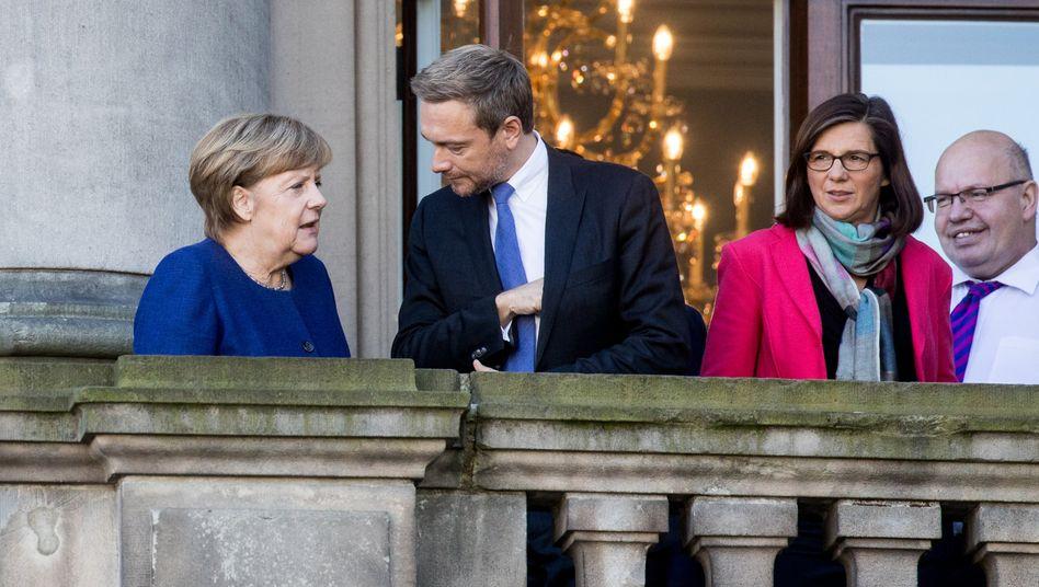 """Ob es klappt: Bundeskanzlerin Angela Merkel (CDU) mit FDP-Chef Christian Lindner, neben Katrin Göring-Eckardt, Fraktionsvorsitzende der Grünen im Bundestag und Peter """"Überall"""" Altmaier (CDU)."""
