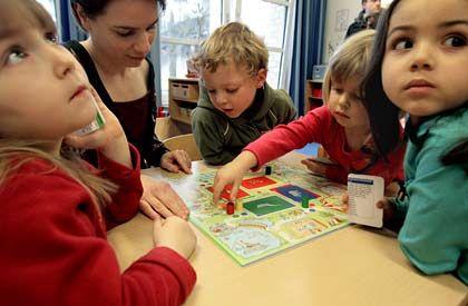 Einkommensschere, Klinge 2: In der Bevölkerung kommt vom steigenden Wohlstand immer weniger an - zum Leidwesen vor allem der Kinder