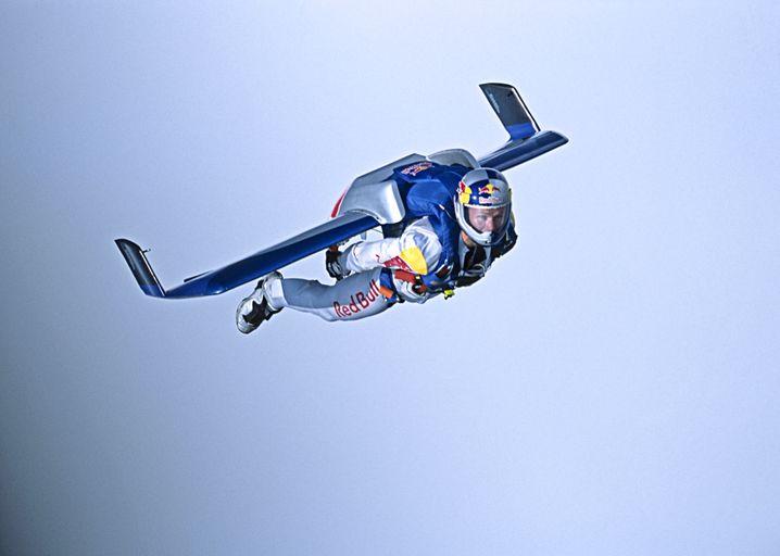 Der österreichische Extremsportler Felix Baumgartner bei einer Red-Bull-Flugshow.