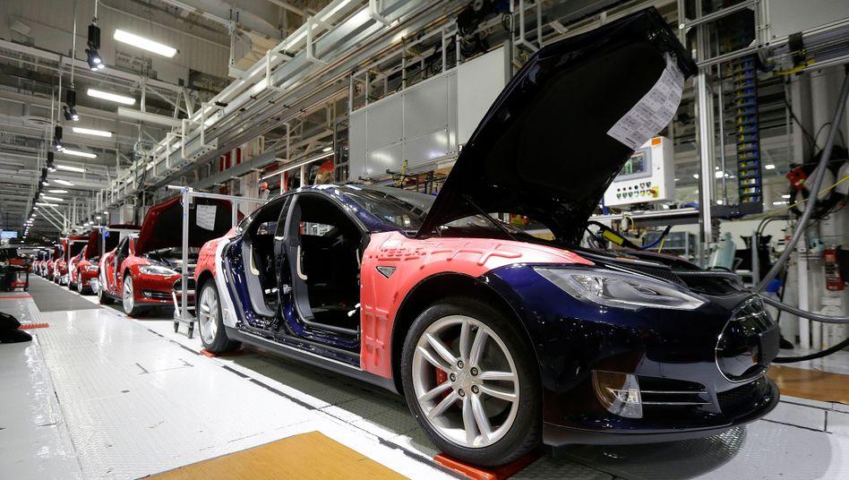 Tesla-Fabrik in Fremont: Der Autobauer wehrt sich gegen Vorwürfe und Berichte, das Unternehmen ginge Beschwerden wegen sexueller und rassistischer Diskriminierung nicht nach