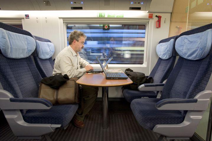 Keine Akkuprobleme: Wer weiß, wo die Steckdosen sind, kann gezielt passende Plätze in der Bahn reservieren