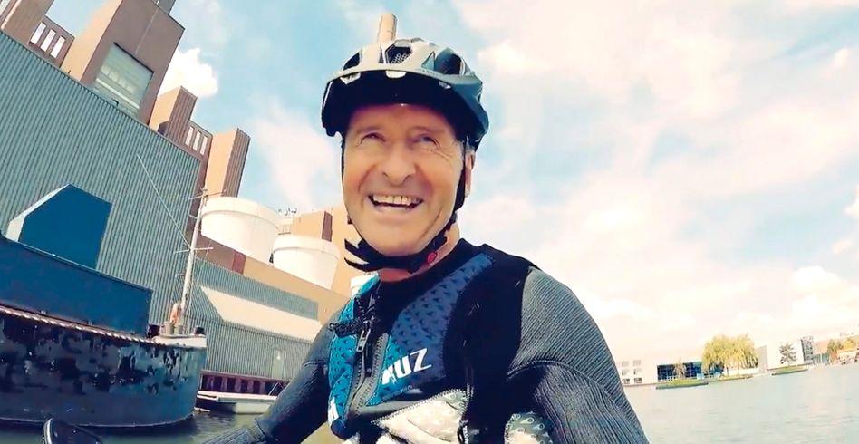 Kann auch nicht übers Wasser gehen, aber im Hydrofoil darüber schweben: Volkswagen-Konzernchef Herbert Diess (62)