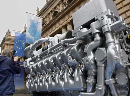 Es war im Sommer: Ein riesiger Schiffsdiesel der Firma Tognum steht am 2. Juli 2007 zur Erstnotiz des Unternehmens auf dem Platz vor der Börse in Frankfurt am Main. Tognum zählte zu den größten Emissionen in Deutschland. Ansonsten war die Stimmung eher verhalten.