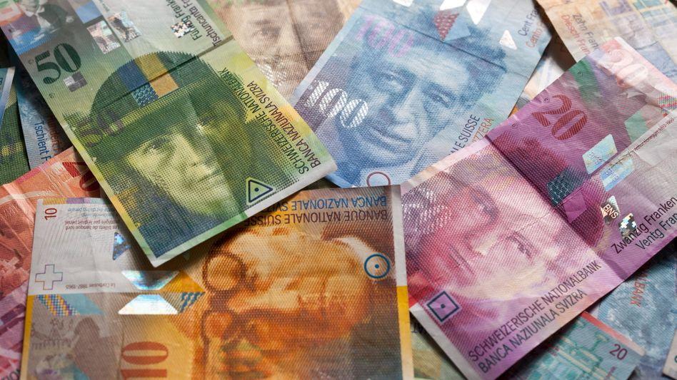 Schweizer Franken: Im Vergleich zum Euro wurde die Landeswährung der Schweiz dank der Erklärung der Nationalbank am Donnerstag deutlich teurer. Das ließ Investoren verstört zurück. Wer etwa in Franken Aktien wie Nestle investiert hatte, las gestern Abend rote Zahlen - in Euro freute er sich über ein sattes Tagesplus