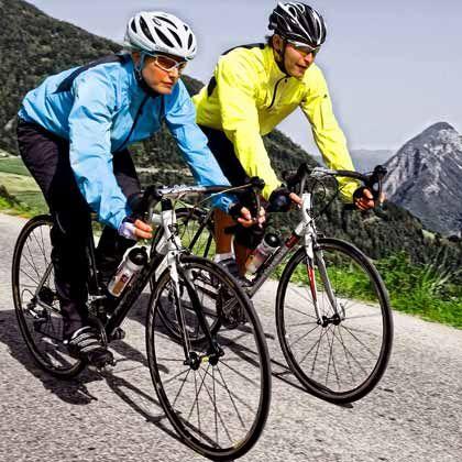 Rasante Abfahrt: Radsport-Outfits müssen vor Sonne und Wind schützen