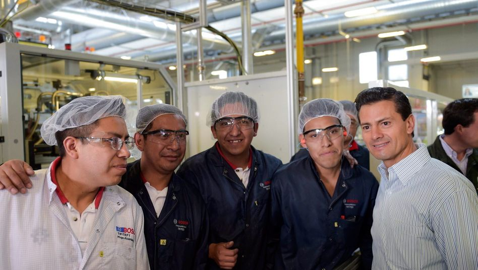 Besuch vom Präsidenten: Mexikos Präsident Enrique Pena Nieto (rechts) weiß Bosch als Arbeitgeber in dem Land zu schätzen und posierte schon 2016 mit Arbeitern in einem Bosch-Werk