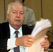 Verschleiert: Roland Ernst war einer der größten Baulöwen der Republik. Im Mai stand Ernst vor Gericht, weil er mit Hilfe von Scheinrechnungen 2,5 Millionen Euro kassiert und mit dem Geld zwei Bahn-Manager bestochen haben soll. Immer mehr Unternehmer enden wegen unsauberer Geschäftspraktiken vor dem Kadi.