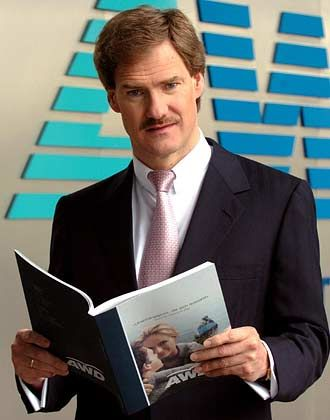 """Carsten Maschmeyer Vorstandsvorsitzender AWD Bezüge 2004*: 1,2 Mio. Euro (MDax-Durchschnitt: 1,6 Mio. Euro) Eigenkapitalrendite nach Eigenkapitalkosten: +37,7% (MDax: -0,9%) Wertschöpfung nach Eigenkapitalkosten: +2,6% (MDax: +12,6%) Bezüge-Platzierung im MDax-Vergleich: Rang 24 """"Pay for Performance""""-Platzierung im MDax-Vergleich: Rang 2 * ohne Aktienoptionen und andere Long Term Incentives"""
