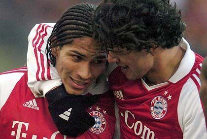FC Bayern München, Platz 9 (5) mit 166,3 Millionen Euro Einnahmen: Bayerns Paolo Guerrero (l.), umarmt von Mitspieler Michael Ballack