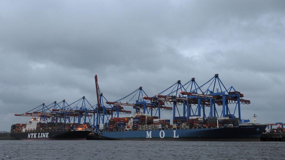 """Das Containerschiff """"MOL Majesty"""" am Mittwoch im Hamburger Hafen. Es ist das erste Schiff aus Japan, dass nach der Reaktorkatastrophe einen deutschen Hafen erreicht. Schiffe und das Wasser in den Tanks werden auf erhöhte Strahlung überprüft"""