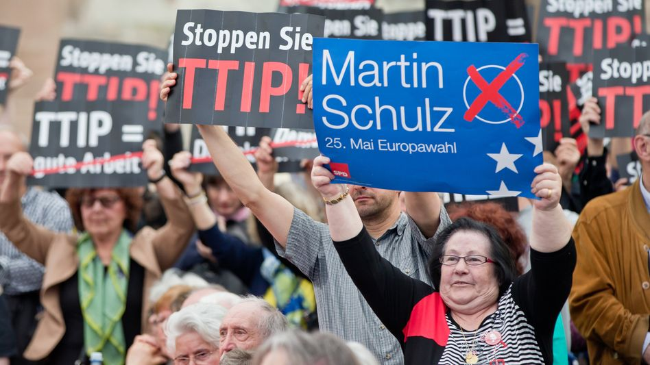 Streit um TTIP: Viele Europäer sehen die Einrichtung von so genannten Schiedsgerichten mit großer Skepsis - global agierende Konzerne bekommen dadurch mehr Möglichkeiten, Staaten auf Schadenersatz zu verklagen