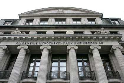 """Allgemeine Hypothekenbank Rheinboden: Größter Anlegerschaden auf dem Genussscheinmarkt Investoren haben oft ein gutes Gedächtnis. Den Beinaheuntergang der einst zweitgrößten deutschen Hypothekenbank werden sie sicher viele Jahre lang nicht vergessen. Denn Deutschlands Investoren müssen nach Schätzungen der Schutzgemeinschaft der Kapitalanleger (SdK) zur Sanierung der Allgemeinen Hypothekenbank Rheinboden (AHBR) Millionen beisteuern - ohne je gefragt worden zu sein. Dabei waren andere für die Schieflage der Bank verantwortlich. Fehlspekulation. Die Hypothekenbanker hatten ihr eigenes Geldhaus in Schwierigkeiten gebracht, als sie nach den Terroranschlägen in New York am 11. September 2001 im großen Umfang auf steigende Zinsen spekulierten. Doch es kam anders: Nach einer kleinen Zinserholung bis zur Jahresmitte 2002 sanken die Zinsen auf breiter Front. In den Folgejahren markierte das Zinsniveau sogar mehrfach historische Tiefpunkte. Die Eigentümer der AHBR, die Gewerkschaftsholding BGAG und die Bausparkasse BHW, mussten ihrem Tochterinstitut daraufhin mehrfach frisches Geld überweisen. Die Bankenaufsicht hatte Druck gemacht. Dennoch kam die AHBR nicht mehr so recht auf die Beine. Die Eigentümer des Instituts begannen deshalb, einen Käufer für ihr Milliardengrab Rheinboden zu suchen. Notverkauf. Von all den anfänglich vielen Interessenten an der Hypothekenbank Rheinboden blieb schließlich nur der US-Finanzinvestor Lone Star über. Zahlen wollte er für die Bank zwar nichts. Aber der Finanzinvestor war zumindest bereit, das schwankende Institut gegen eine Mitgift in Höhe von 380 Millionen Euro zu übernehmen - im Nachhinein wohl auch zum Schaden der AHBR-Genussscheinbesitzer. Milliardenverlust. Lone Star kündigte direkt nach der Übernahme der angeschlagenen Bank an, alle bestehenden Risiken im Jahresabschluss 2005 aufzuführen. Daher wird die Bank offenbar bald einen Bilanzverlust in Höhe von 1,1 Milliarden bis 1,3 Milliarden Euro ausweisen. """"Das aber trifft voll die Genuss"""