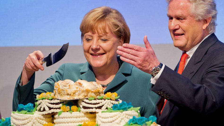 300 Kilo Gebäck und tonnenweise Selbstbewußtsein: Angela Merkel und der Präsident des Wirtschaftsrates, Kurt Lauk