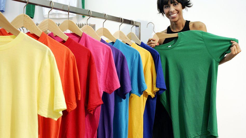 Verkäuferin in einem Mode-Geschäft: