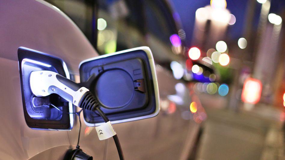 Elektroauto BMW i3 an einer Ladesäule