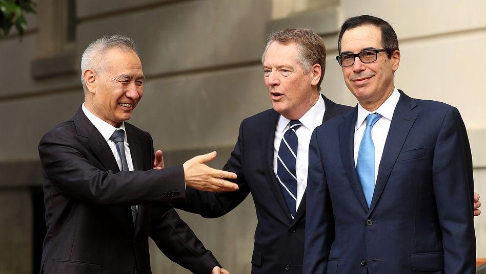 """""""Konstruktiver Dialog"""" am Telefon: Chinas Vizepremier Liu He (l.) mit dem US-Handelsbeauftragten Robert Lighthizer (M.) und US-Finanzminister Mnuchin"""