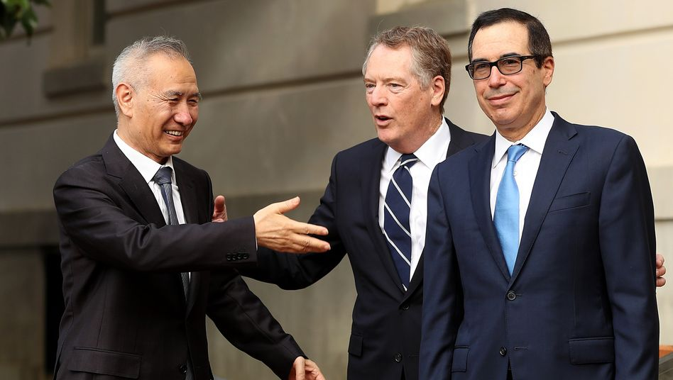 Verhandler Liu He (links), Robert Lighthizer und Steve Mnuchin (rechts): Noch wird um die Rücknahme der jüngsten Strafzölle gerungen