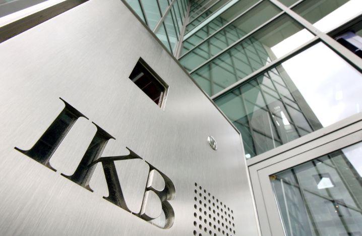 """Eingang der IKB in Düsseldorf: Finanzakrobaten der Wall Street verkauften ihre gewagtesten Immobilienpapiere an """"dämliche Deutsche in Düsseldorf"""""""