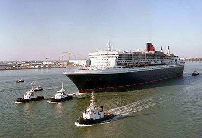 Eskorte: Die Queen Mary 2 auf einer Testfahrt