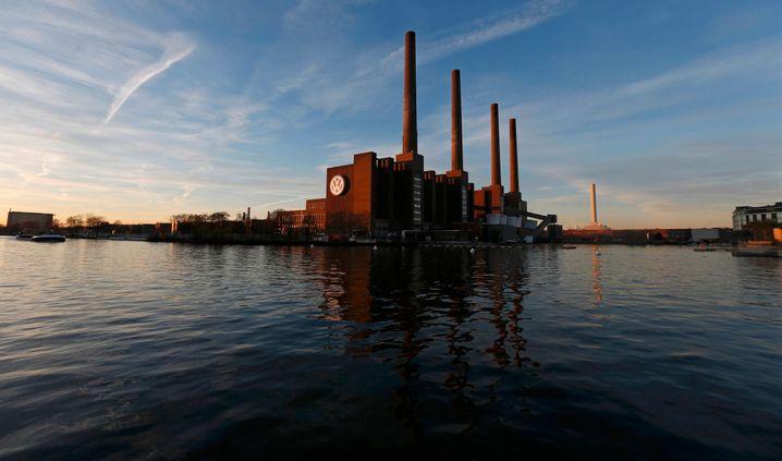 Wahrzeichen von Wolfsburg: Die vier Kamine des VW-Werks