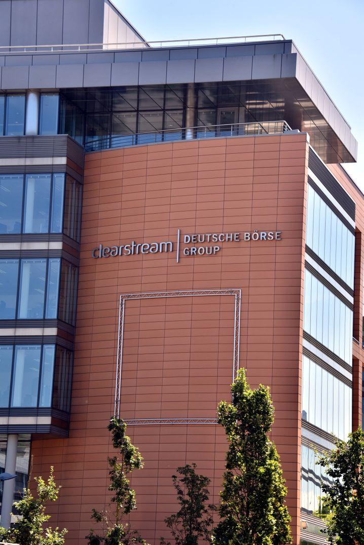 Clearstream-Gebäude in Luxemburg: Mitarbeiter der Deutsche-Börse-Tochter könnten Kunden dabei geholfen haben, sich Steuern bei umstrittenen Dividendengeschäften mehrfach erstatten zu lassen