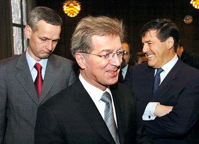 Smalltalk: Dietmar Droste (li.) und Josef Ackermann im Plauderton, während Ackermanns Anwalt Klaus Volk schon zu seinem Platz geht