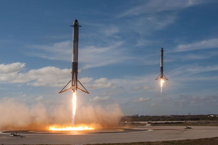 Sogenannte Booster-Triebwerkteile einer Falcon Heavy-Rakete von Space X landeten eam 6. Februar 2018 erfolgreich am Boden des Kennedy Space Center in Cape Canaveral