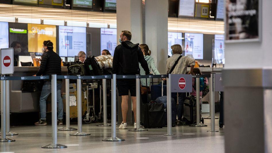 Schalter am Berliner Flughafen Tegel: In Kürze kostenlose Corona-Tests an den Airports